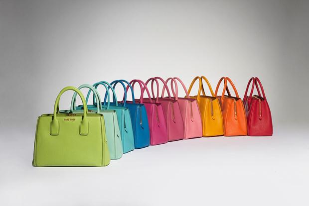 7176f8c950ec7 Compras   rouplas   compras moda   compra moda   roupas da moda   roupas  de. Nova coleção de bolsas da Miu ...